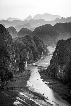 Zwart-wit foto van een heuvelachtig uitzicht in Tam Coc Vietnam van Twan Bankers