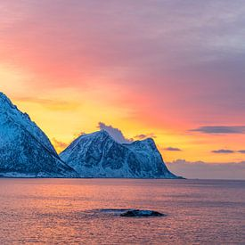 Winterlicher Sonnenuntergang am Norwegischen Meer in Nordnorwegen von Sjoerd van der Wal