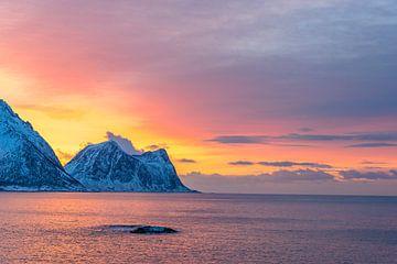 Winterse zonsondergang boven de Noorse Zee in Noord-Noorwegen van Sjoerd van der Wal