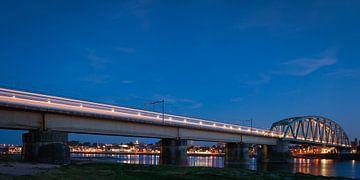 Le train dans le paysage néerlandais: Nimègue. sur John Verbruggen