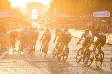 Zonsondergang in Parijs - Tour de France 2019 van Leon van Bon