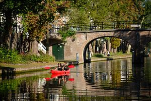 Kanoën op de Oudegracht in Utrecht ter hoogte van de Geertebrug