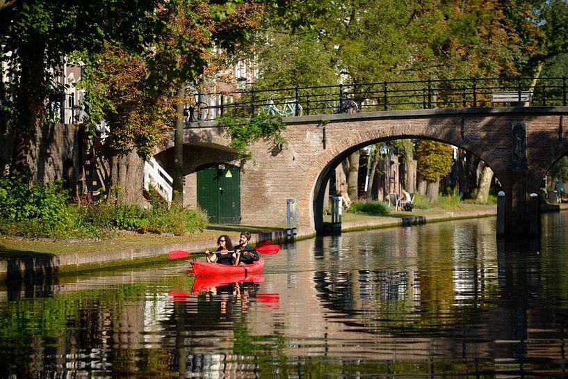 Kanoën op de Oudegracht in Utrecht ter hoogte van de Geertebrug van In Utrecht