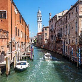 Sloep in een kanaal in Venetië van Stephan Neven