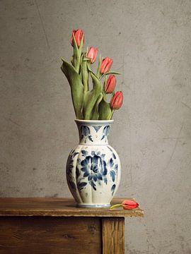 Holländische Tulpen in einer Delfter Blau Vase (3) von Mariska Vereijken