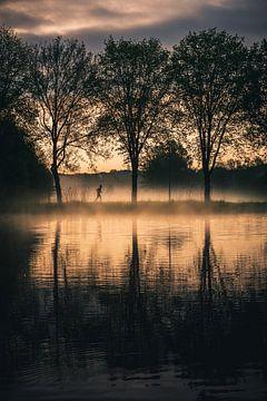 Hardloper tijdens een mistige ochtend langs de Amstel van Dylan Shu