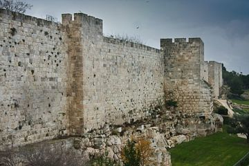 Murs médiévaux de Jérusalem. Pierre ancienne, ciel lugubre. Murs sombres de Jérusalem sur Michael Semenov