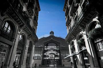 Barcelona, el born,  cultural center, zwart - wit foto met blauwe lucht van Rob Severijnen