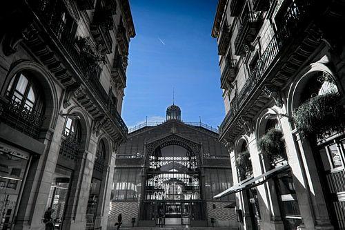 Barcelona, el born,  cultural center, zwart - wit foto met blauwe lucht