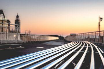 Moderne Metalldesignbank entlang der Promenade während des Sonnenuntergangs von Fotografiecor .nl