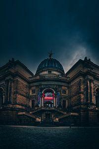 Somber en donker, het Octagon gebouw in Dresden van Jan Wehnert