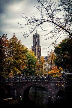 De Dom van Utrecht met de Bakkerbrug en Oudegracht in de herfst. van De Utrechtse Grachten