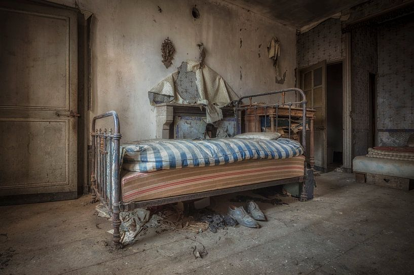 Bett verlassenes Haus von Kelly van den Brande