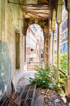 Korridor mit Blick auf die Stadt in einem verlassenen Palast. von Roman Robroek