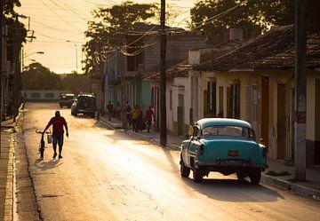 Klassieke Amerikaanse auto in de straten van Trinidad, Cuba van Teun Janssen