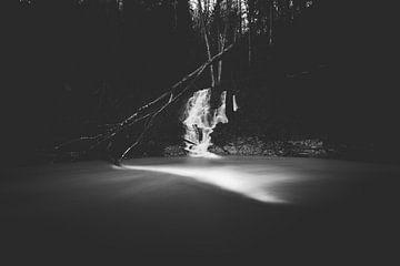 Minimalistischer schwarzweißer Wasserfall von Patrik Lovrin
