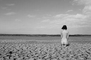Naakt op een drooggevallen meer bij extreme droogte in Nederland