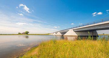 Moderne brug in Noordwaardpolder van Brabantse Biesbosch van Ruud Morijn
