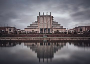 Palais 5 des Brüsseler Expo-Gebäudes mit Spiegelung im Wasser von Daan Duvillier