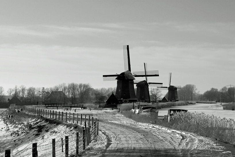 Hollandse molens langs vaart in winter van Paul Franke