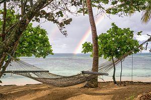 Hangmat onder de regenboog van Jasper den Boer