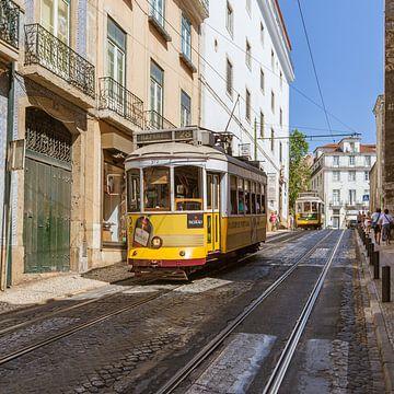 Een tram in Lissabon van Stewart Leiwakabessy