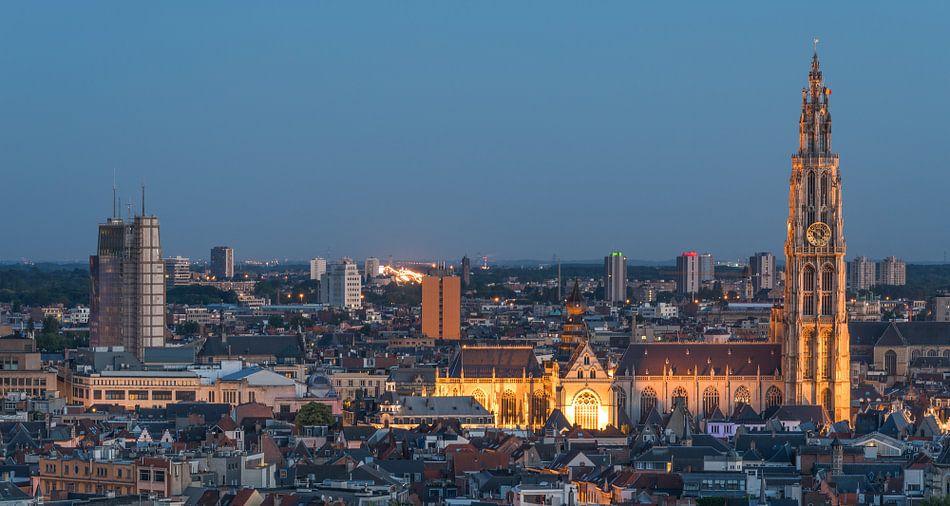 Het stadsgezicht van Antwerpen in de avond (Panorama)