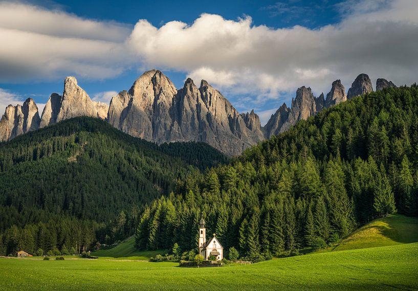 De San Giovanni in Ranui kerk in de Dolomieten van Edwin Mooijaart