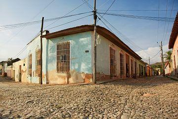 Des maisons traditionnelles colorées dans la ville coloniale de Trinidad à Cuba sur Tjeerd Kruse