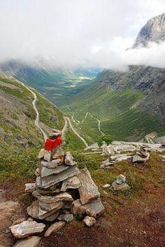 Stapel stenen bij de Trollstigen Noorwegen van Margreet Frowijn