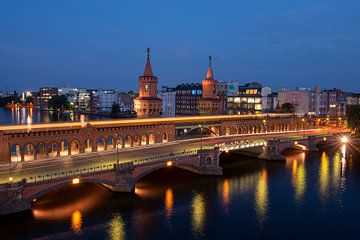 Nacht Blick auf Oberbaumbrücke über die Spree, Friedrichshain, Kreuzberg, Berlin, Deutschland von BeeldigBeeld Food & Lifestyle