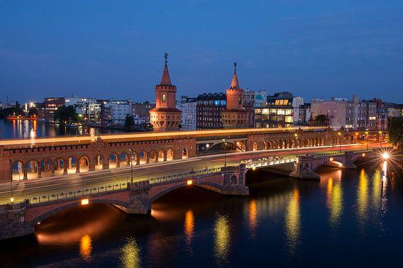 Nachtelijk uitzicht op Oberbaum brug over de rivier de Spree