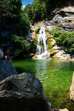 kleine waterval in Corsica van Youri Mahieu