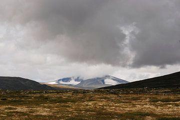Donkere wolken boven Dovrefjell in Oppland, Noorwegen van Margreet Frowijn