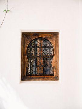 Arabisches Fenster voller Details und Handwerkskunst von Raisa Zwart