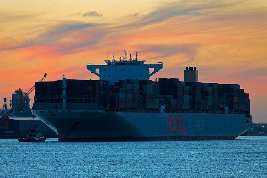 Containerschip te Rotterdam
