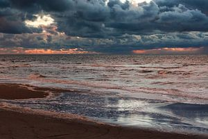 Donkere wolkenlucht bij zonsondergang boven Noordzee