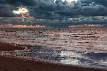 Donkere wolkenlucht bij zonsondergang boven Noordzee von Simone Janssen
