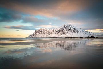 Landschap met besneeuwde bergen en strand op de Lofoten van Chris Stenger