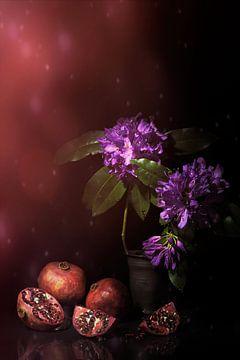 Fröhlich leuchtendes Stilleben mit Granatäpfeln und Rhododendron. von Saskia Dingemans