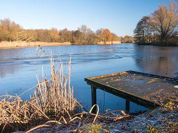 Gerüste am Teich Das Kleinkind von Moniek van Rijbroek