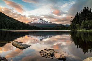 Besneeuwde vulkaan bij een bergmeer
