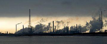 Raffinaderij op een koude winterochtend van Rafael Delaedt