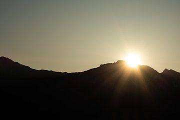 Zon verdwijnt achter de berg van Eline Huizenga