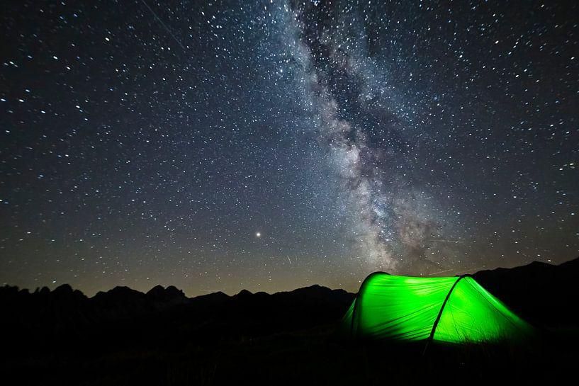 Melkweg sterrenstelsel boven de tent in de Oostenrijkse bergen van Hidde Hageman