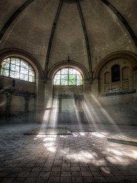 Lost Place - Kuppelsaal mit Sonnenstrahlen von Carina Buchspies