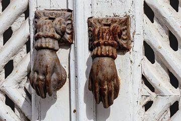 deur kloppers in Tavira in Portugal von laura van klooster
