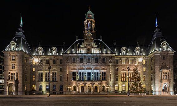 Het stadhuis in Rotterdam in de avond