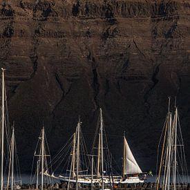 Masten en een zeilschip met de noordwand Van Lanzarote van Harrie Muis