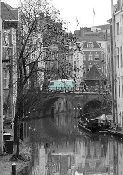Oudegracht in Utrecht mit grünem Bus von R.Phillipson
